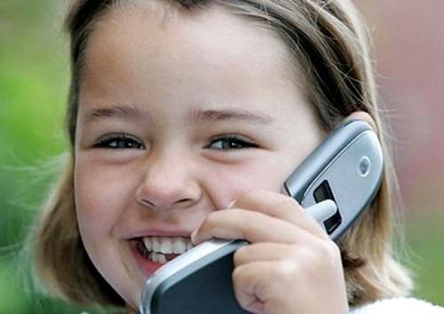 Давать ли ребенку мобильный телефон?