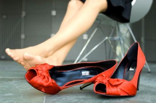 Тесная обувь – как лучше ее разносить?
