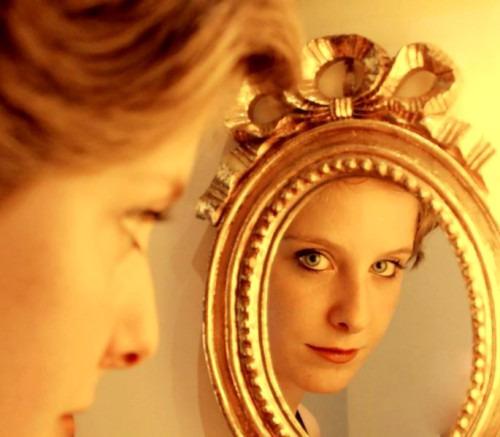 Зеркало – мощное оружие против стресса в жизни женщины
